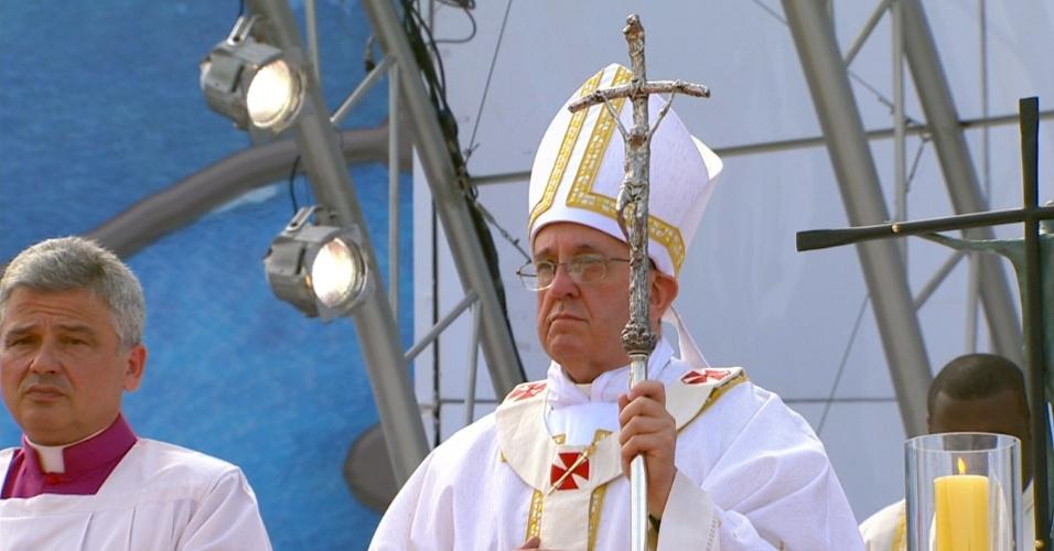 28.jul.2013 - Papa Francisco sobe ao palco em Copacabana, no Rio de Janeiro, para missa de encerramento da JMJ (Jornada Mundial da Juventude)