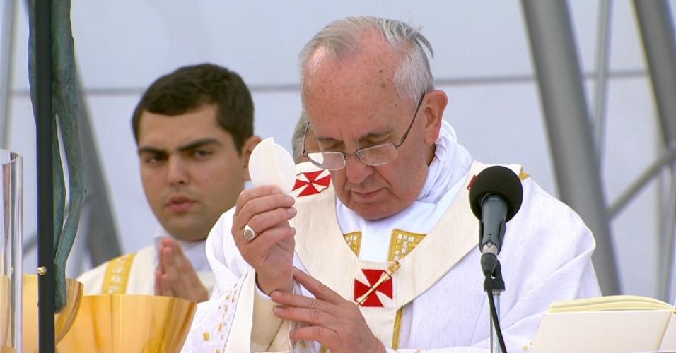 28.jul.2013 - Papa segura hóstia durante missa de encerramento da JMJ (Jornada Mundial da Juventude), na praia de Copacabana, no Rio de Janeiro