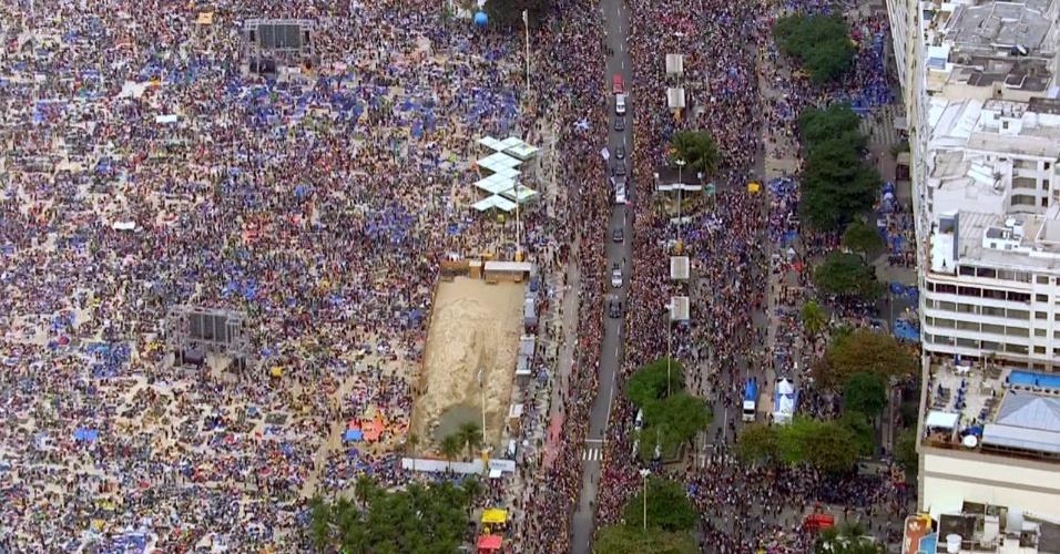 28.jul.2013 - Papamóvel passa por multidão ao chegar à praia de Copacabana, no Rio de Janeiro, onde celebrará a missa de encerramento da JMJ (Jornada Mundial da Juventude)