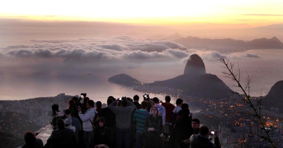 28.jul.2013 - Peregrinos amanhecem aos pés do Cristo Redentor na manhã do último dia da Jornada Mundial da Juventude no Rio de Janeiro