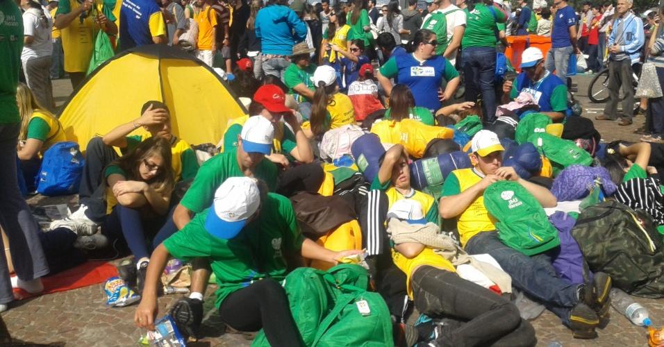 28.jul.2013 - Peregrinos descansam sob o sol da orça de Copacabana, na zona sul do Rio de Janeiro, após missa de encerramento da Jornada Mundial da Juventude, ministrada pelo papa Francisco