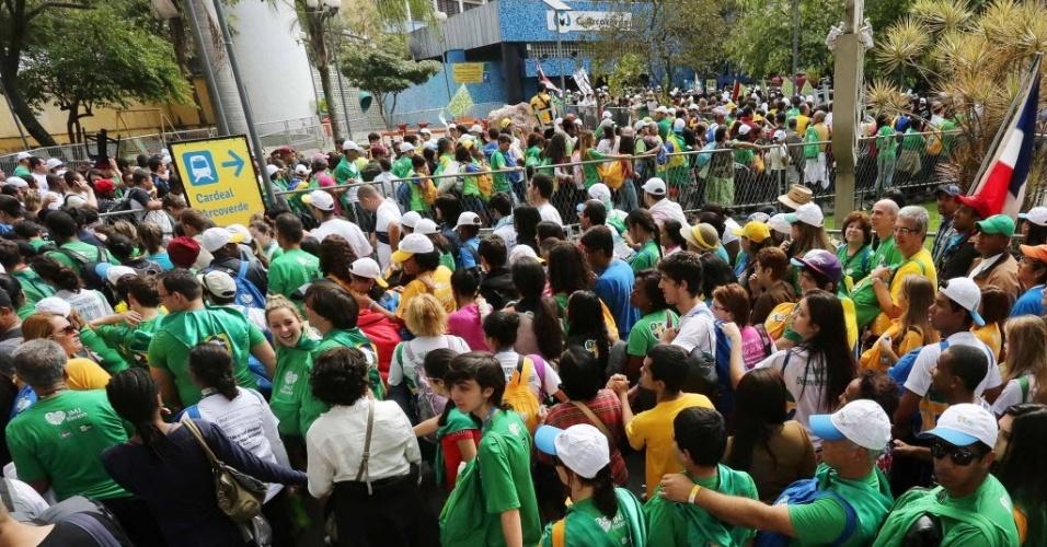 28.jul.2013 - Peregrinos enfrentam fila para entrar na estação Cardeal Arco Verde do metrô, em Copacabana, no Rio de Janeiro, após a missa de encerramento da JMJ (Jornada Mundial da Juventude)