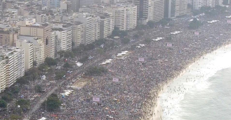 28.jul.2013 - Peregrinos lotam praia de Copacabana, no Rio de Janeiro, à espera do papa Francisco, que deixou a residência de Sumaré para a missa de encerramento da JMJ (Jornada Mundial da Juventude)