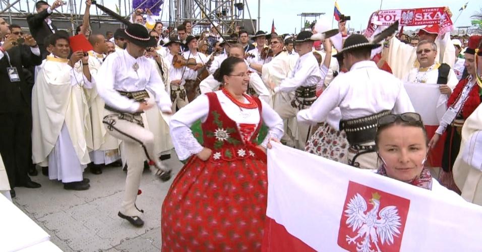 28.jul.2013 - Peregrinos poloneses comemoram anúncio do papa Francisco de que a próxima Jornada Mundial da Juventude será em Cracóvia, na Polônia, em 2016