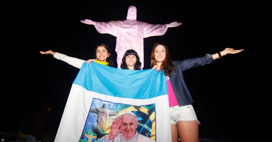 28.jul.2013 - Peregrinos tiram fotos no Cristo Redentor, no Rio de Janeiro, na manhã deste domingo (28), último dia da JMJ (Jornada Mundial da Juventude)