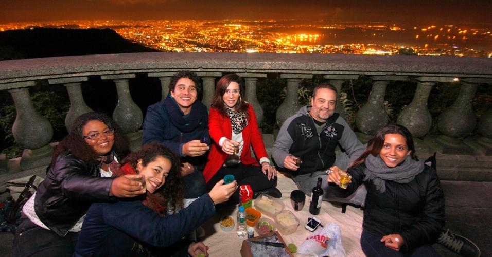 28.jul.2013 - Moradores do Rio tomam café da manhã no Cristo Redentor, no Rio de Janeiro, na manhã deste domingo (28), último dia da JMJ (Jornada Mundial da Juventude)