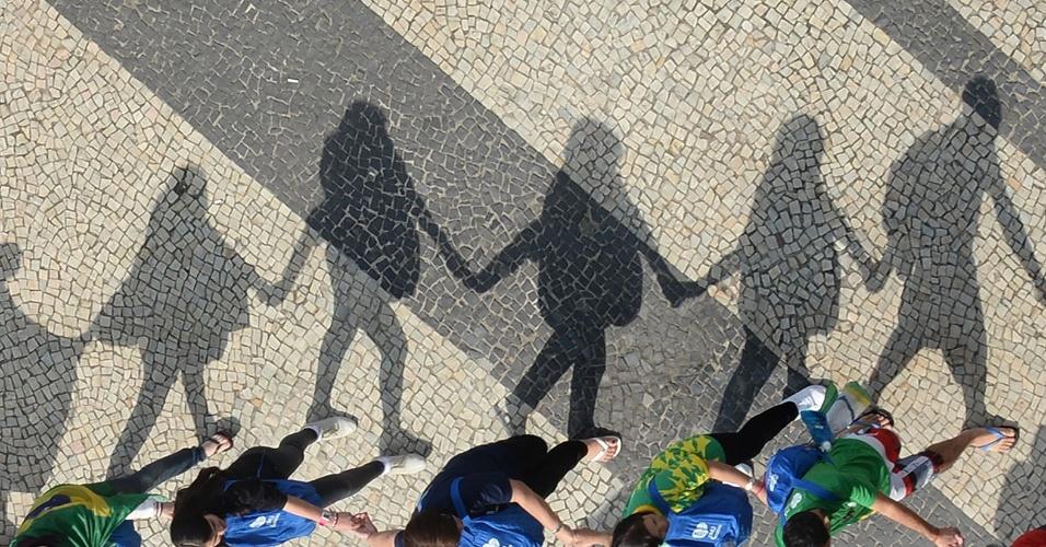 28.jul.2013 - Pessoas caminham de mãos dadas pelo calçadão da praia de Copacabana, enquanto deixam o local onde foi realizada a missa de encerramento da Jornada Mundial da Juventude, ministrada pelo papa Francisco na manhã deste domingo (28)