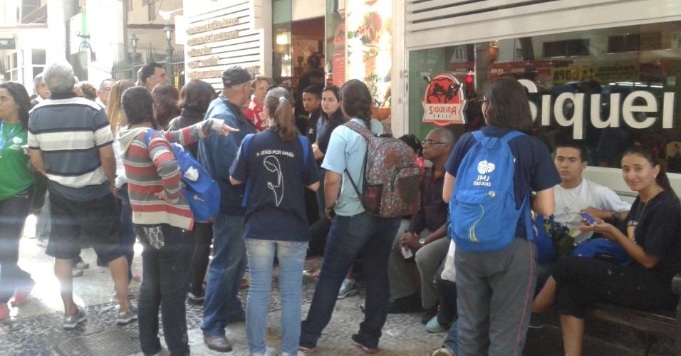 28.jul.2013 - Restaurantes próximos a orla de Copacabana, na zona sul do Rio de Janeiro, ficaram lotados após a missa de encerramento da Jornada Mundial da Juventude, neste domingo (28)