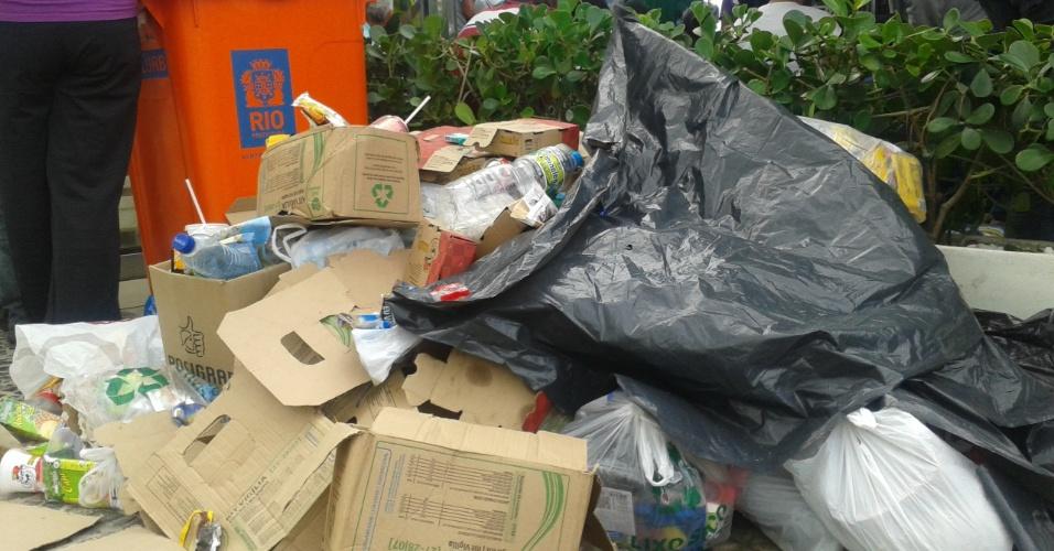28.jul.2013 - Sacos de lixos e papelões se acumulam nas calçadas da orla de Copacabana, na zona sul do Rio de Janeiro, após a missa de encerramento da Jornada Mundial da Juventude, celebrada pelo papa Francisco na manhã deste domingo (28)