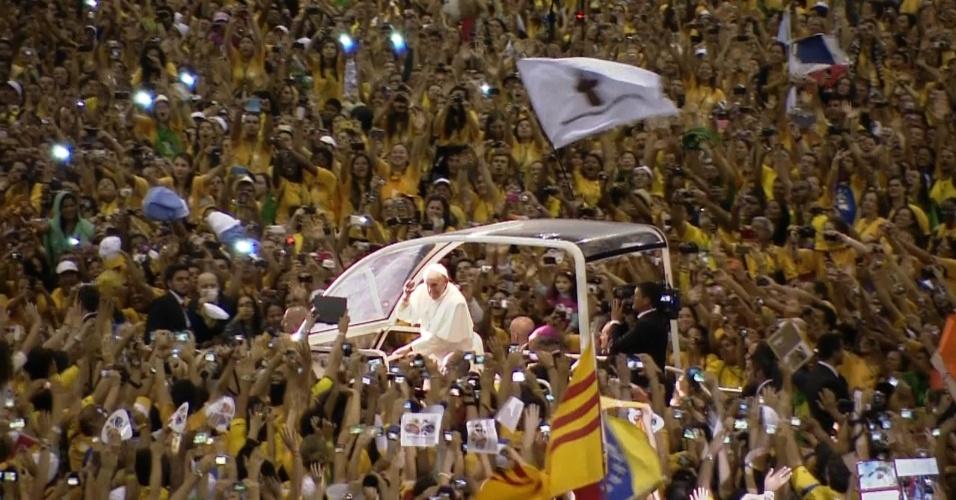 28.jul.2013 - Papa Francisco chega ao Riocentro para se despedir dos voluntários da Jornada Mundial da Juventude, no Rio de Janeiro