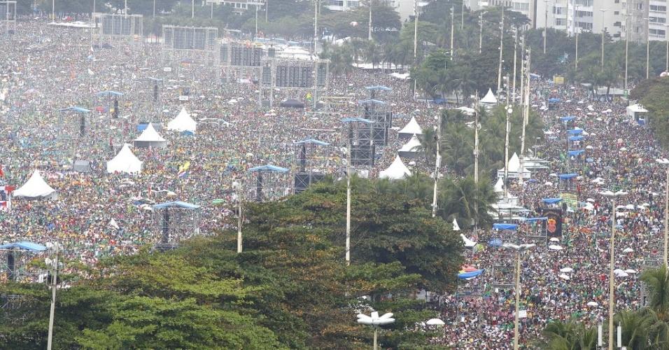 28.jul.213 - Vista aérea da praia de Copacabana, na manhã deste domingo (28), durante missa de encerramento da Jornada Mundial da Juventude. Milhões de peregrinos acompanharam a celebração, presidida pelo papa Francisco