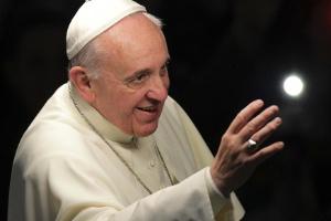 Papa Francisco cumprimenta a multidão durante a Via Sacra