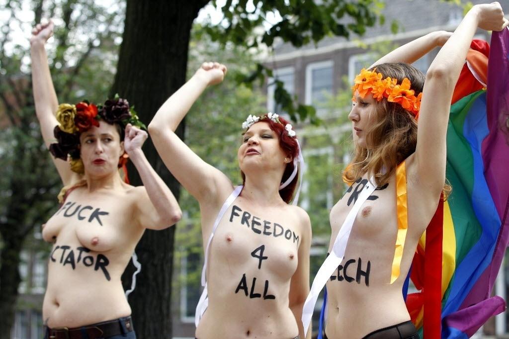 29.jul.2013 - Ativistas do Femen - grupo feminista famoso pelos protestos com o uso de topless - realizam manifestação contra o presidente russo Vladimir Putin e o líder da igreja ortodoxa russa, patriarca Kirill, em frente ao Monumento Gay em Amsterdã, na Holanda