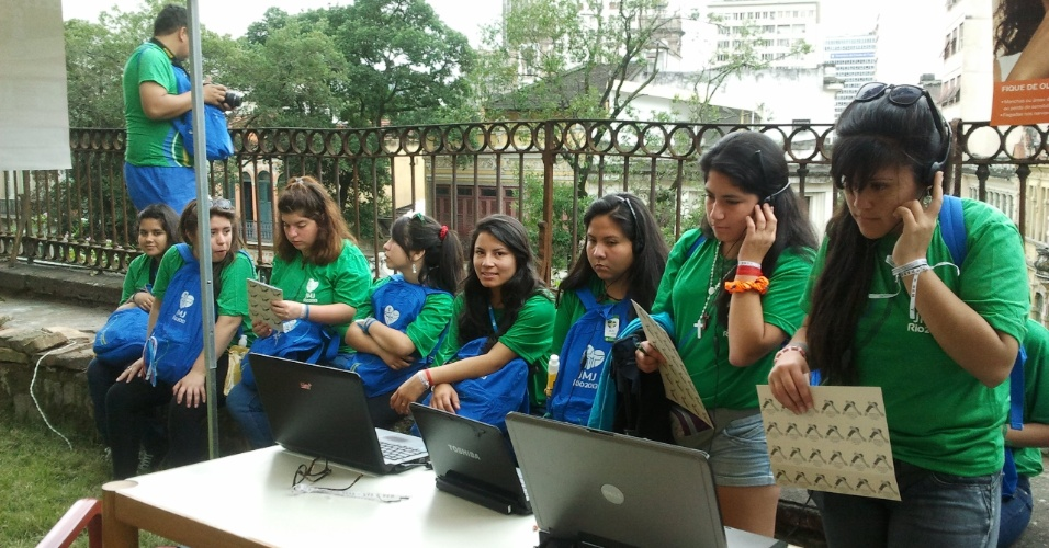 29.jul.2013 - Chilenas utilizam espaço multimídia do Stand Grape SBD Hanseníase, durante a Jornada Mundial da Juventude