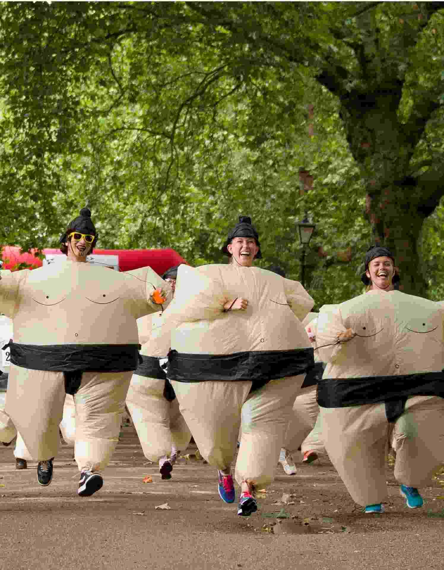 29.jul.2013 - Corrida reúne competidores fantasiados como lutadores de sumô em Battersea Park, em Londres, Reino Unido - Leon Neal/ AFP