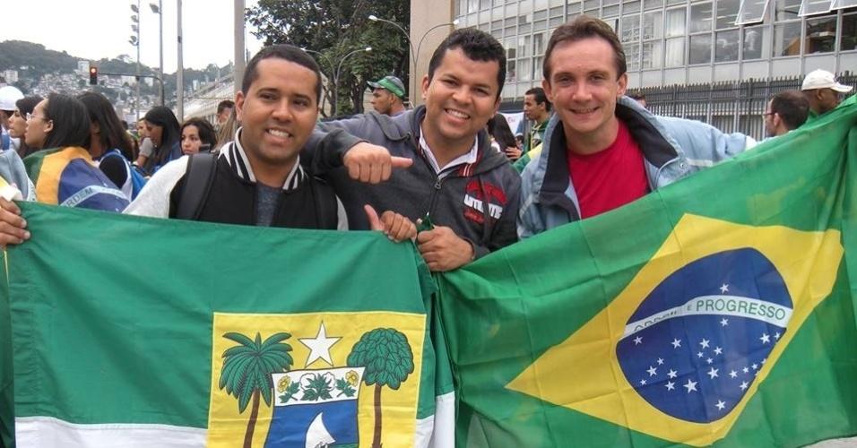 29.jul.2013 - Fabio Adriano de Lira e amigos seguram bandeiras do Brasil e do Estado do Rio Grande do Norte, durante a Jornada Mundial da Juventude, no Rio de Janeiro