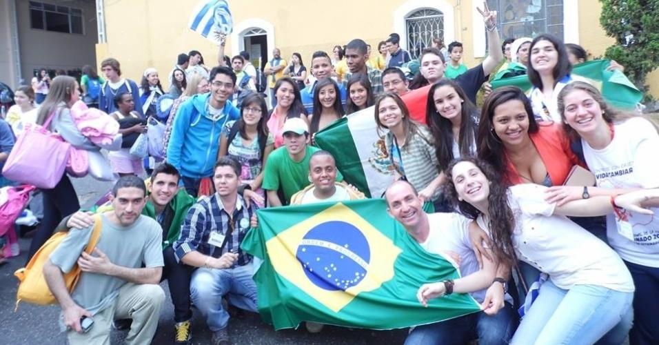 29.jul.2013 - Grupo de peregrinos da diocese de Leopoldina, em Minas Gerais, posa para foto em Copacabana, na zona sul do Rio de Janeiro. A foto foi enviada pela internauta Maria José Carneiro