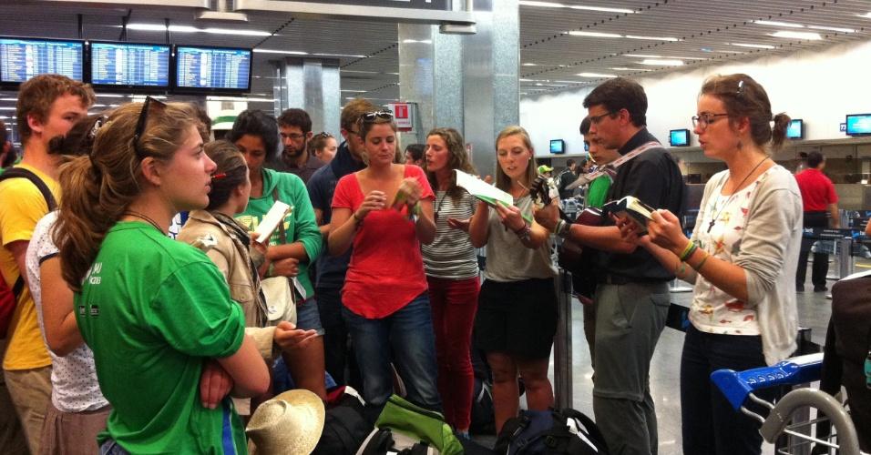29.jul.2013 - Grupo de peregrinos franceses da JMJ (Jornada Mundial da Juventude) cantam e tocam instrumentos no aeroporto do Galeão, no Rio de Janeiro