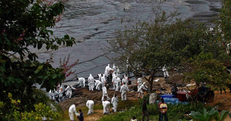 29.jul.2013 - Homens da Marinha fazem uma grande operação de limpeza na ilha turística de Koh Samet, atingida por uma maré negra nesta segunda-feira (29), após o rompimento de uma tubulação despejar 50 mil litros de petróleo no golfo da Tailândia. Cerca de 300 metros da praia de Ao Phrao foi atingida por uma maré negra, prejudicando o turismo local. Segundo o Greenpeace, as águas do país sofreram mais de 200 derramamentos de petróleo em 30 anos
