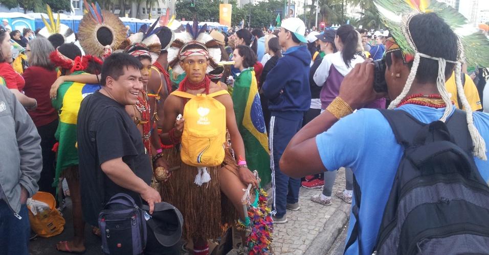 29.jul.2013 - Indígenas católicos tiram foto durante a Jornada Mundial da Juventude, na orla de Copacabana, no Rio de Janeiro. O registro foi feito por Leonardo Contin da Costa na tarde desse sábado (27)