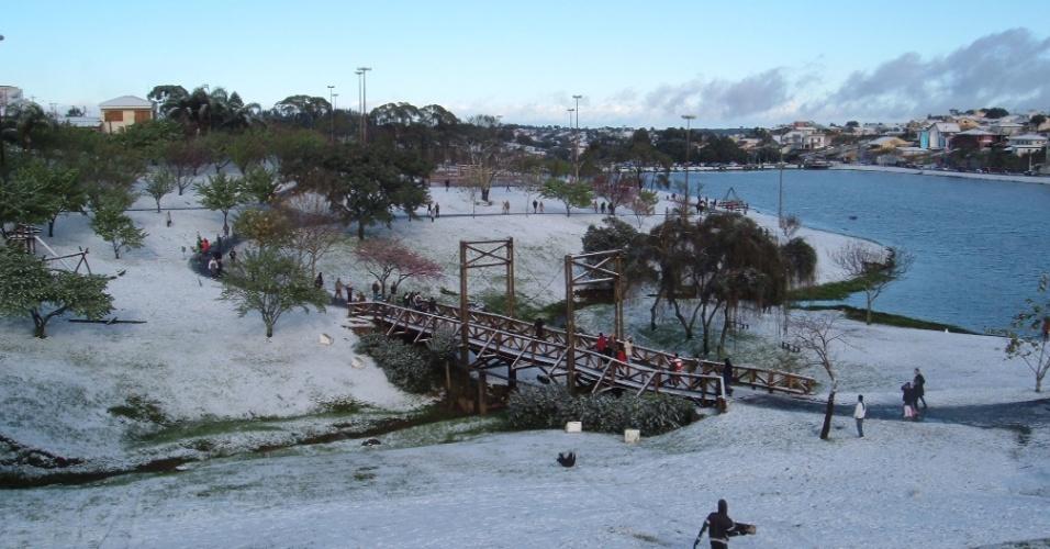 29.jul.2013 - Márcia Francine Broietti mostra que o a paisagem verde de Guarapuava (PR) deu lugar à neve no dia 22 de julho.