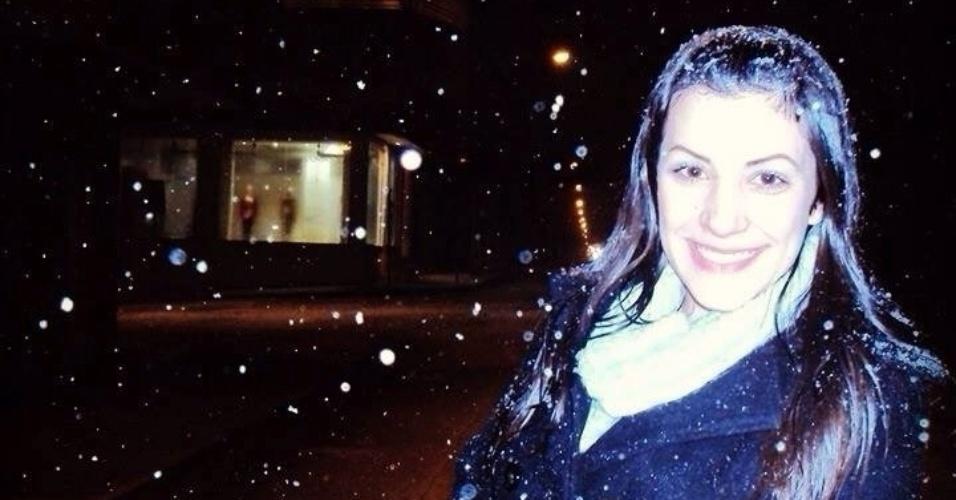 29.jul.2013 - O casaco de Carolina Volkmann mostra que a neve que caiu em Canoinhas (SC) na semana passada foi forte