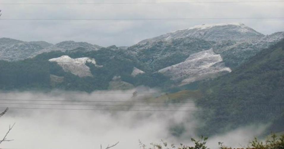 29.jul.2013 - O internauta Audemir Moura Holpert registrou a neve e a geada que cobriram a cidade de São Bonifácio (PR) entre os dias 23 e 24