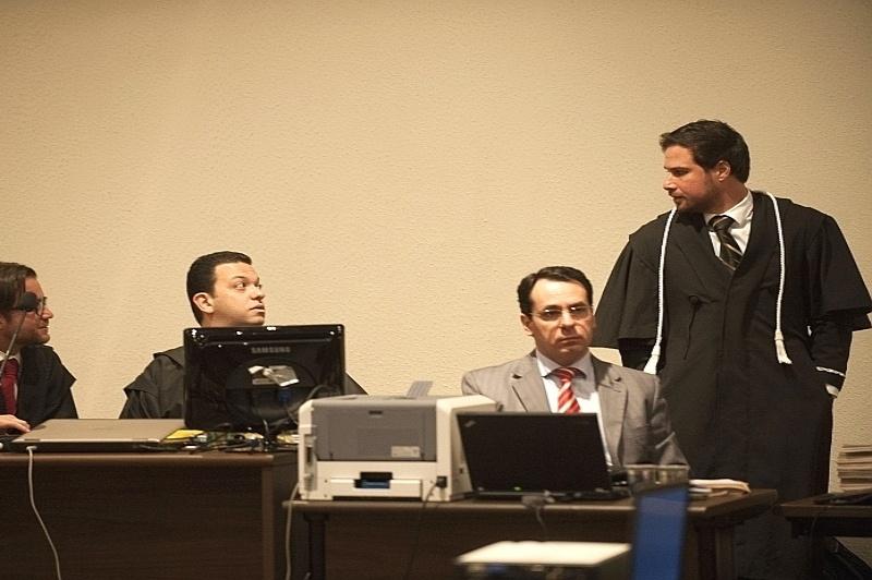 29.jul.2013 - O juiz Rodrigo Tellini de Aguirre Camargo (à dir.) dá andamento à segunda parte do julgamento do Massacre do Carandiru, que acontece nesta segunda-feira (29) no Fórum Criminal da Barra Funda, na capital paulista. Um total de 26 militares integrantes do 1º Batalhão de Choque, acusados da morte de 73 detentos no terceiro pavimento do Pavilhão 9 do antigo presídio, serão julgados pelo Tribunal do Júri nesta etapa