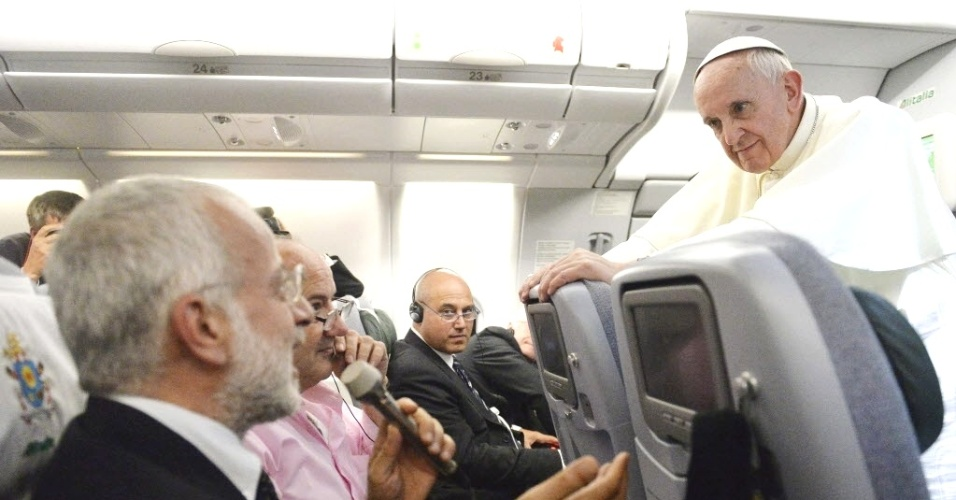 29.jul.2013 - O papa Francisco se apoia em poltrona de avião durante conversa com jornalistas no voo que o levou de volta a Roma, após sua participação na Jornada Mundial da Juventude, no Brasil, nesta segunda-feira (29). Na mais ousada declaração de um pontífice sobre homossexualismo, o papa Francisco disse que os gays