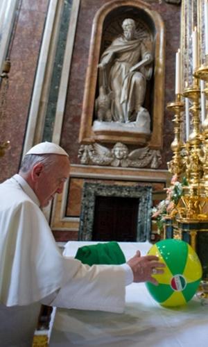 29.jul.2013 - Papa Francisco coloca uma bola com as cores da bandeira do Brasil e com o símbolo da JMJ (Jornada Mundial da Juventide) em altar na basílica de Santa Maria Maior, em Roma, nesta segunda-feira (29)