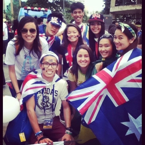 29.jul.2013 - Peregrinos australianos se juntam a grupo de brasileiros durante a Jornada Mundial da Juventude, no Rio de Janeiro