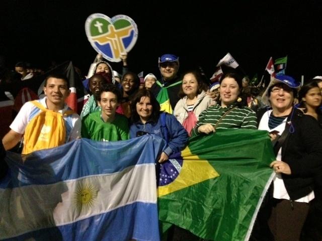 29.jul.2013 - Peregrinos brasileiros e argentinos se confraternizam na praia de Copacabana, no Rio de Janeiro, local que abrigou a Jornada Mundial da Juventude