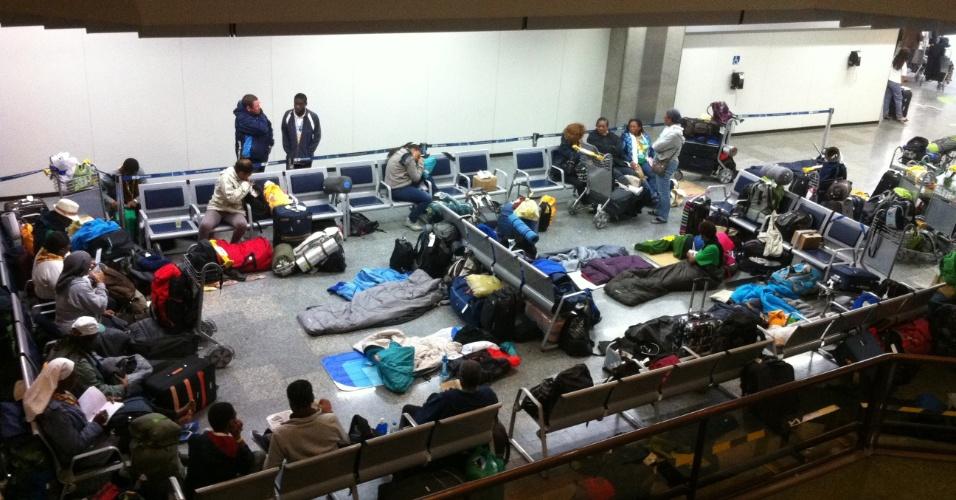 29.jul.2013 - Peregrinos da JMJ (Jornada Mundial da Juventude) dormem no aeroporto do Galeão, no Rio de Janeiro, na manhã desta segunda-feira (29), um dia após o fim do evento católico