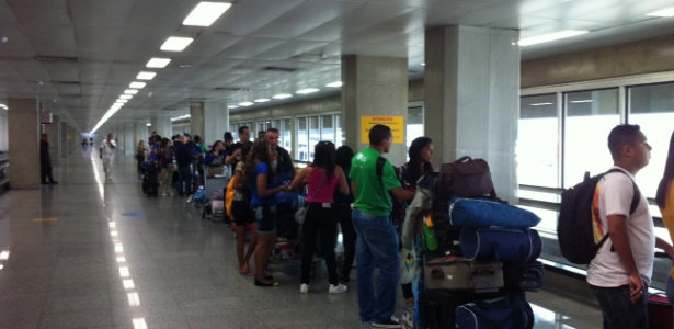 Peregrinos da Jornada Mundial da Juventude enfrentam fila no aeroporto do Galeão, no RJ: multa e atrasos