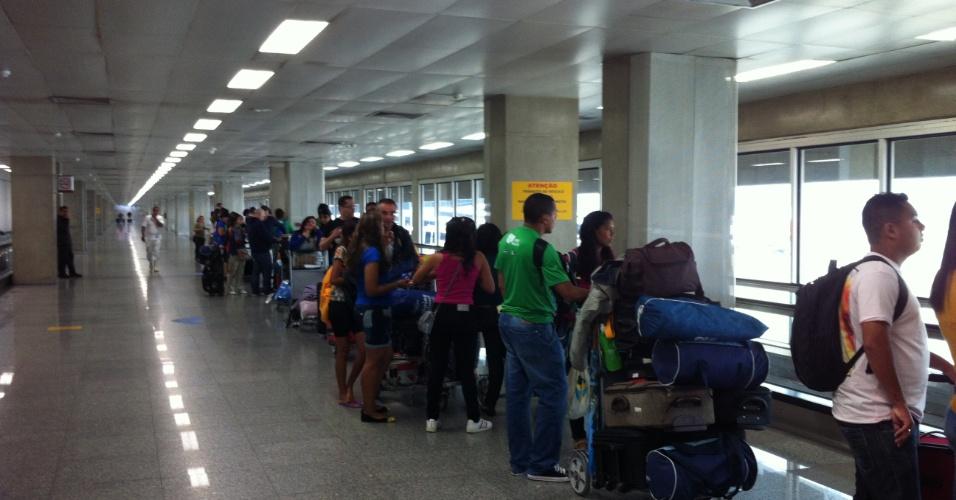 29.jul.2013 - Peregrinos da JMJ (Jornada Mundial da Juventude) enfrentam fila para fazer check-in no aeroporto do Galeão, no Rio de Janeiro