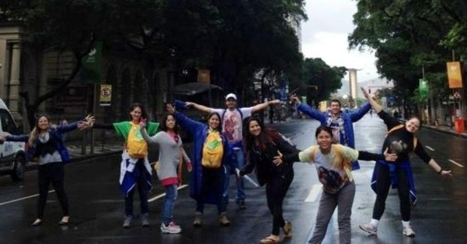 29.jul.2013 - Peregrinos da Paróquia São Paulo Apóstolo, de São Luis, no Maranhão, posam para foto a caminho de Copacabana, na zona sul do Rio de Janeiro, durante a Jornada Mundial da Juventude