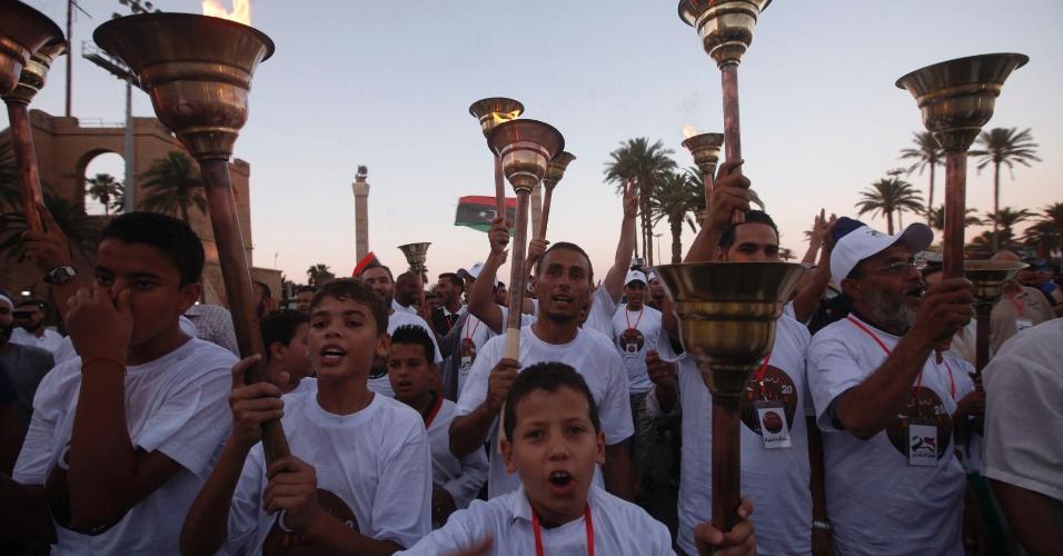 29.jul.2013 - Pessoas caminham com tochas durante comemorações do segundo aniversário da libertação de Trípoli, capital da Líbia