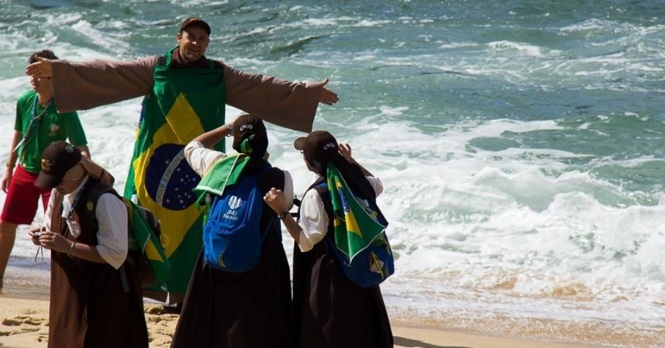 29.jul.2013 - Um grupo de jovens peregrinos se divertia nas primeiras horas da manhã na praia Vermelha, nas proximidades do Pão de Açúcar, no Rio de Janeiro, quando o internauta Francisco Alves de Lima registrou a foto
