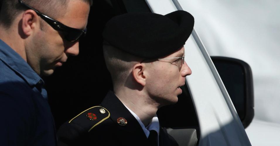 30.jul.2013 - Bradley Manning, soldado americano julgado por espionagem por ter vazado documentos confidenciais do Exército americano ao site Wikileaks, chega à corte de Fort Meade, em Maryland, nos Estados Unidos, nesta terça-feira (30). Ele foi considerado culpado de ao menos dez acusações, por ter divulgado documentos sigilosos. A soma das sentenças, que começa amanhã, pode passar de 136 anos, segundo especialistas