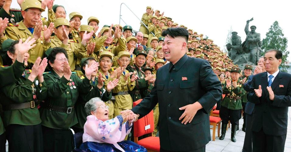 30.jul.2013 - Líder norte-coreano Kim Jong-Un sorri durante encontro com veteranos de guerra em Pyongyang, evento que foi parte das comemorações dos 60 anos do armistício das Coreias - evento que pôs fim à Guerra das Coreias (1950-1953) - celebrado em 27 de julho, em foto divulgada nesta terça-feira (30) pela Agência Nacional Norte-Coreana (KCNA)