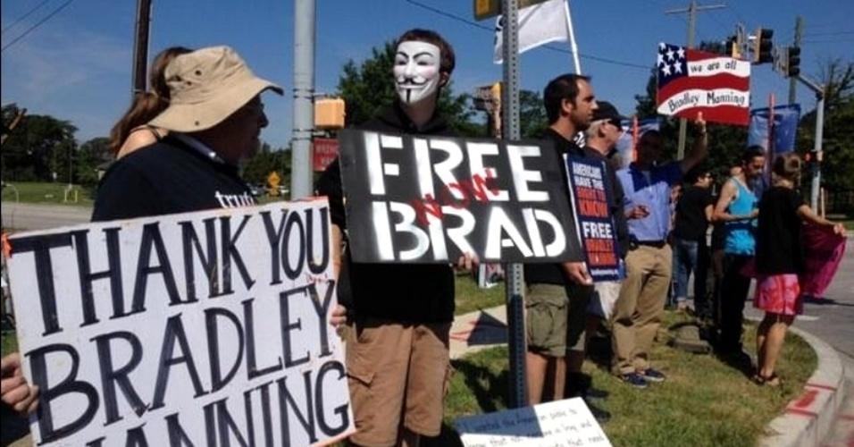30.jul.2013 - Manifestantes realizam ato em frente à base militar de Fort Meade, em Baltimore, nos Estados Unidos em defesa do soldado americano Bradley Manning. Preso em 2010, o militar é julgado por espionagem por ter vazado documentos confidenciais do Exército americano ao site Wikileaks. A Justiça deve divulgar nesta terça-feira (30) a sentença de Manning, que responde a mais de 20 acusações