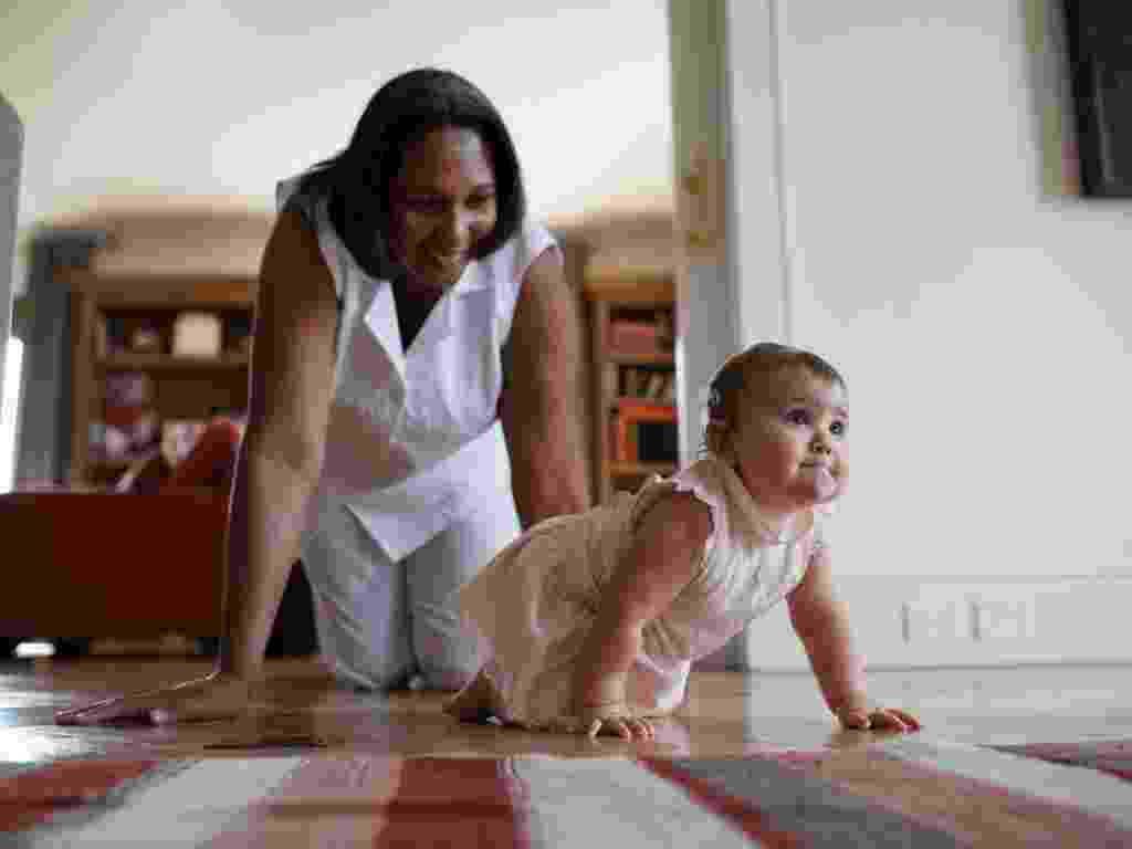 A babá Andreia Soares brinca com a bebê de dez meses no apartamento de seus chefes, em São Paulo - Lalo de Almeida/The New York Times