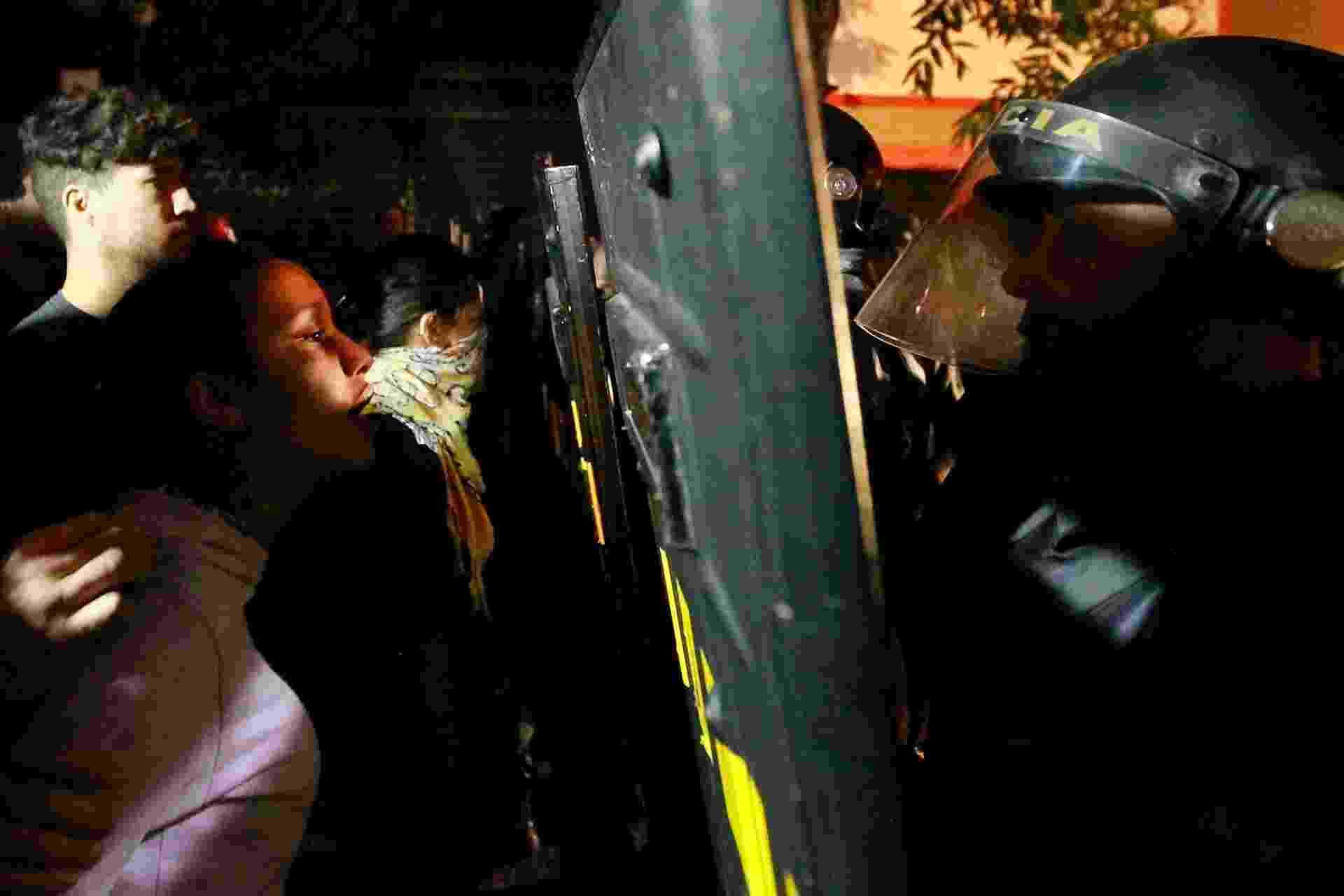 30.jul.2013 - Manifestantes encaram policiais da tropa de choque na rua Deputado Lacerda Franco, em Pinheiros, zona oeste de São Paulo, onde fica o 14º DP. Cerca de 20 pessoas foram detidas durante manifestação contra os governadores de São Paulo e Rio de Janeiro, Geraldo Alckmin e Sérgio Cabral, e um grupo de 70 pessoas aguarda do lado de fora da delegacia. Dos 20 detidos, cinco seguem na delegacia, acusados de depredar um carro da Rota - Reinaldo Canato/UOL