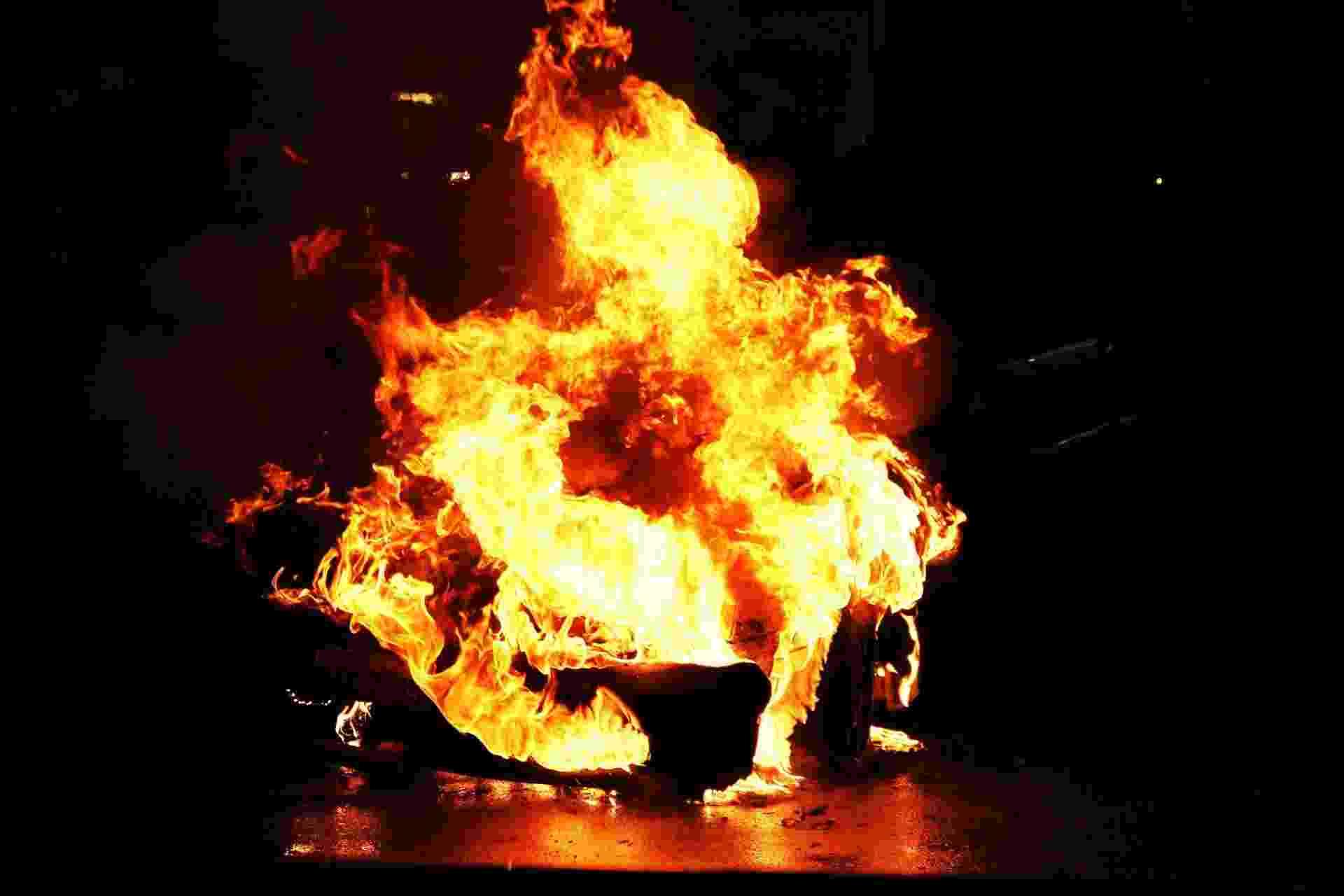 31.jul.2013 - Carro pega fogo no estacionamento de uma lanchonete na esquina das avenidas Rebouças e Henrique Schaumann, na zona oeste de São Paulo, na madrugada desta quarta-feira (31). Segundo o motorista, o veículo pegou fogo no momento em que ele deixava a lanchonete. A Polícia Militar afirmou que o incêndio não tem ligação com os protestos realizados na região da avenida Rebouças nesta terça (30) - Nivaldo Lima/Futura Press