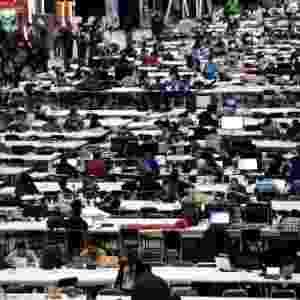 31.jul.2013 - Jovens participam da quarta edição mexicana do Campus Party, na Cidade do México. Nesta edição, o evento busca ajudar os participantes a transformar suas ideias em empresas, segundo Paco Ragageles, um dos fundadores da feira - Sáshenka Gutiérrez/Efe