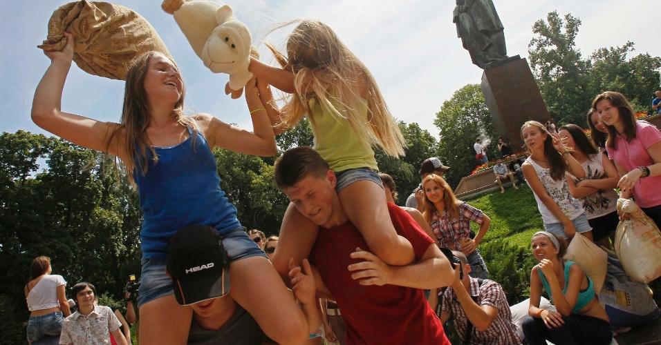 31.jul.2013 - Jovens ucranianos fazem guerra de travesseiros, organizada via rede social, em um parque na área central de Kiev, capital da Ucrânia