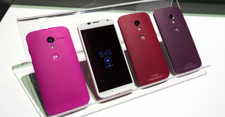 1.ago.2013 - A Motorola lançou nesta quinta (1º) o Moto X, smartphone top de linha com tela Amoled de 4,7 polegadas (316 ppi de resolução) e 129 gramas de peso. O desempenho fica a cargo do Moto X8, grupo de processadores com 8 núcleos separados para tarefas diferentes.Ele virá, no entanto, com Android 4.2.2  (Jelly Bean), e não 4.3 (recentemente lançado pelo Google). O destaque fica para o ''Touchless Control'': basta o usuário falar os comandos ao celular. Vem ainda com câmera de 10 megapixels e tampas traseiras personalizáveis. Será lançado em setembro nos Estados Unidos, com preço sugerido de R$ 200 (16 GB), em contrato de dois anos com operadora