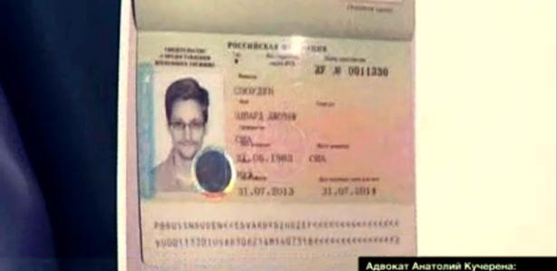 """Na imagem do canal russo """"Russia24"""", visto concedido por Moscou a Snowden, válido por um ano - Russia24/AP"""