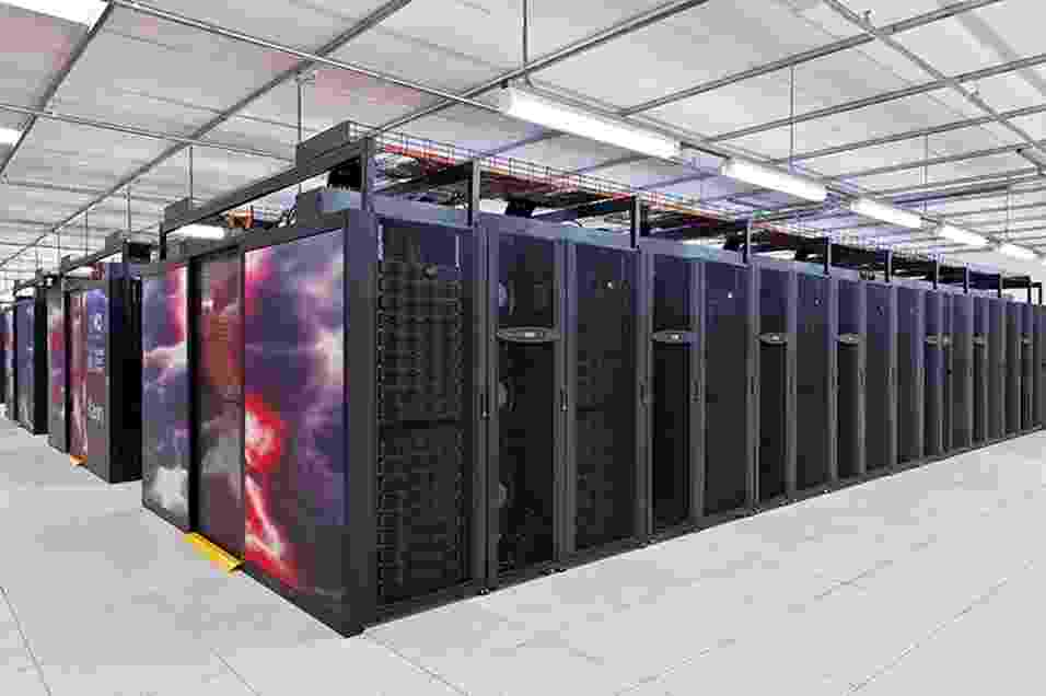 """1.ago.2013 - O computador mais potente da Austrália vai ajudar o serviço meteorológico do país. Batizado com o nome do deus japonês dos raios, dos trovões e das tempestades, """"Raijin"""" pode realizar complexas simulações e modelos muito mais rapidamente e com maior resolução, contribuindo para prever e alertar sobre as condições extremas do tempo. A máquina pesa 70 toneladas, tem 57 mil núcleos de processamento (equivalente a 15 mil computadores pessoais) e 160 terabytes de memória (equivalente a pelo menos 30 mil portáteis) - ANU"""
