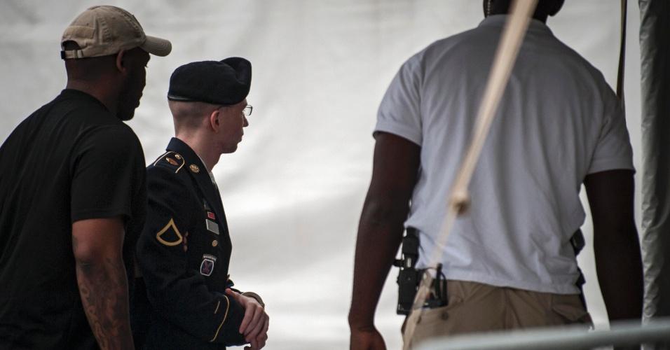 1º.ago.2013 - Policiais escoltam Bradley Manning, soldado americano acusado de vazar documentos secretos ao Wikileaks, no segundo dia da fase de sentença, no seu julgamento militar, em Fort Mead, Maryland, nesta quinta-feira (01)